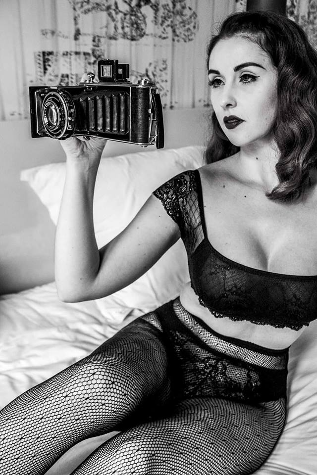 photo pin up noir et blanc appareil photo