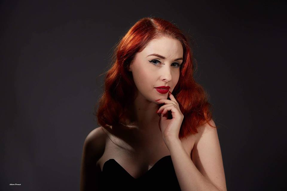 pin up rousse glamour lily porcelaine