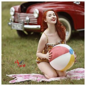 pin up rousse balon voiture vintage