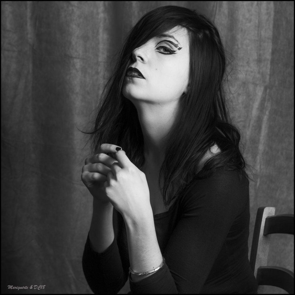 photo noir et blanc trois quart fille cheveux longs dom combarnous