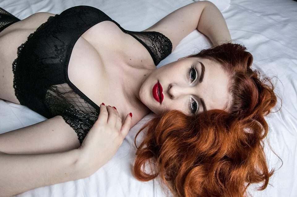 pin up rousse lily porcelaine